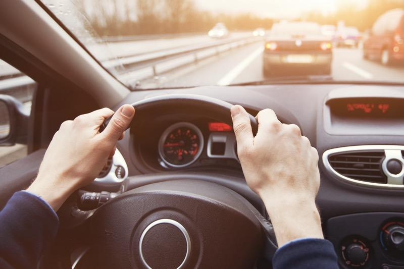 Sebbene costituisca un illecito, guidare senza patente non è reato.